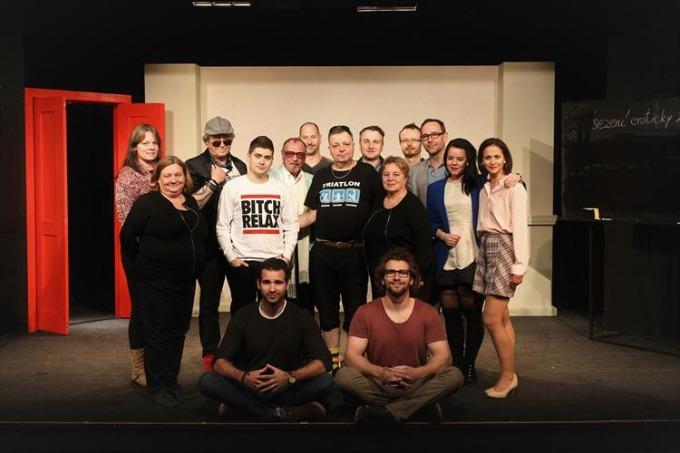 společný snímek - herecký a tvůrčí tým inscenace Pánský klub (foto: archiv Divadla Na Jezerce)