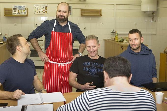 zahajovaci zkouška inscenace Zlatý drak aneb režisér Zetel i jako šéfkuchař
