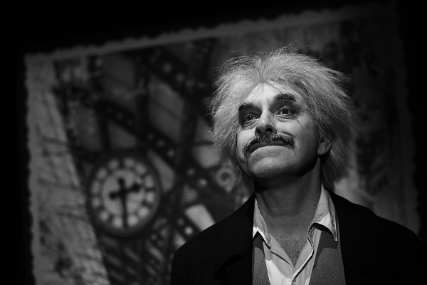 Miroslav Táborský v inscenaci Relativita (foto: archiv Divadla v Řeznické)
