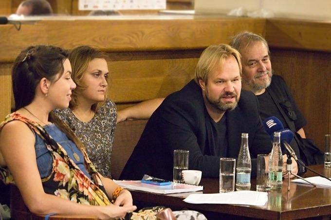 na tiskovém setkání v klubu MdB: Carli Jefferson, Klára Latzková, Petr Gazdík a Emil Konečný (foto: Michal Novák)