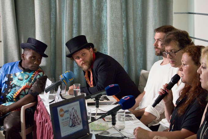 na tiskovém setkání