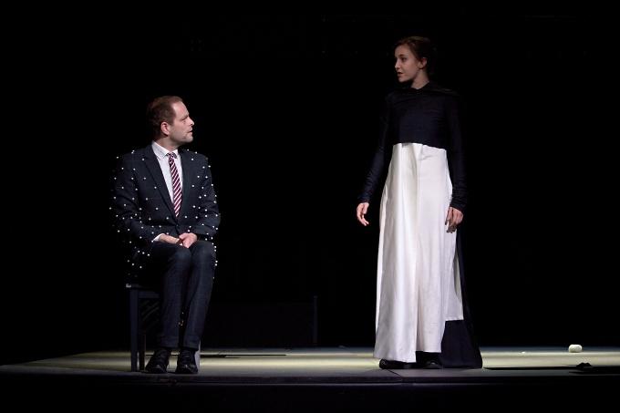 ze zkoušky inscenace ...Jan Teplý (Angelo) aTereza Dočkalová (Isabela)