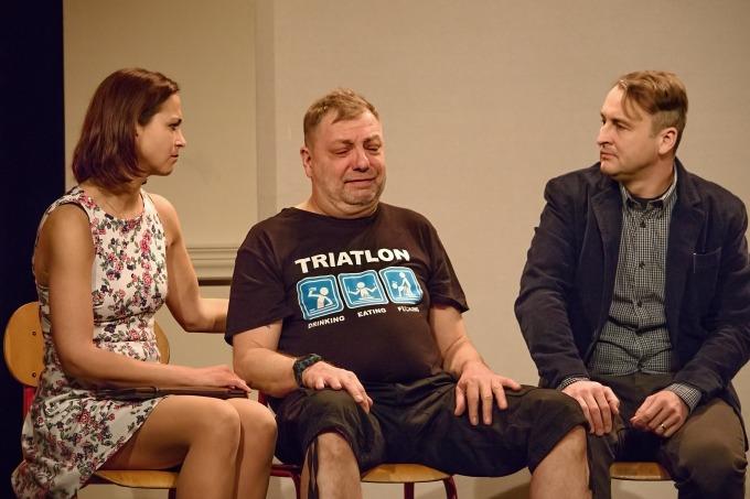 V tuto chvíli terapeutka Linda (Kristýna Hrušínská) utěšuje nešťastného Edu (Milan Šteindler).