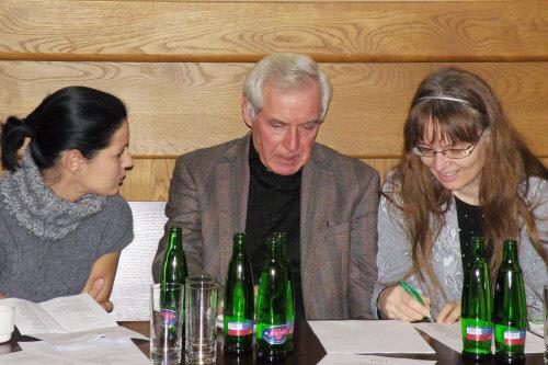 asistentka režie Eva Hrbáčková, režisér Pavel Fieber, překladatelka Jana Nováčková na tiskové konferenci