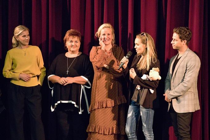 Kmotrami akmotrem nového CD jsou Leona Machálková, Hanka Křížková, Vendula Pizingerová, Lucie Vondráčková aMilan Peroutka