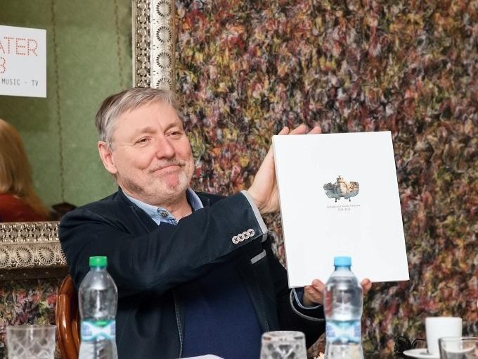 ředitel VČD Petr Dohnal představil novou publikaci mapující roky 2004-2019 ve Východočeském divadle