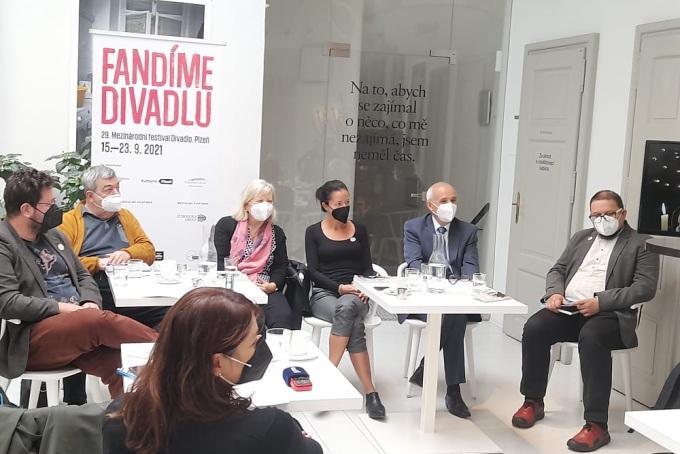 Je možné fandit divadlu vrespirátorech? Ztiskového setkání kfestivalu vprostorách pražského Divadla Na zábradlí.